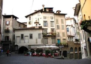 Bergamo – Piazza Mercato delle scarpe.
