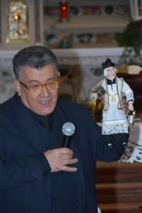 """Il Dirigente della Sezione dona a Padre Gino Troetto """"Il Pastore"""" di un sacerdote con il volto simile al nostro assistente ecclesiastico in ricordo del suo 50° Anniversario di Sacerdozio"""