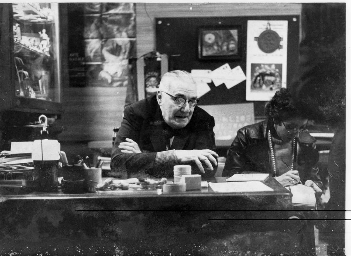 Angelo Stefanucci, fondatore del Museo, alla sua scrivania ad accogliere i visitatori