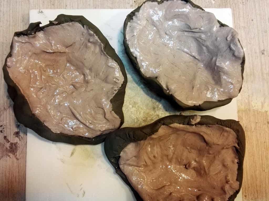 Gesso versato nelle forme di argilla
