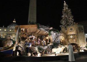 Papa Francesco davanti al presepe di Piazza San Pietro - Foto Famiglia Cristiana