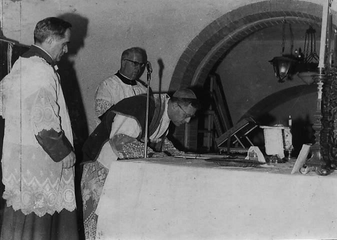 Il Card. Ugo Poletti, Vicario di Roma, celebra la S. Messa nei locali del Museo, appena inaugurato