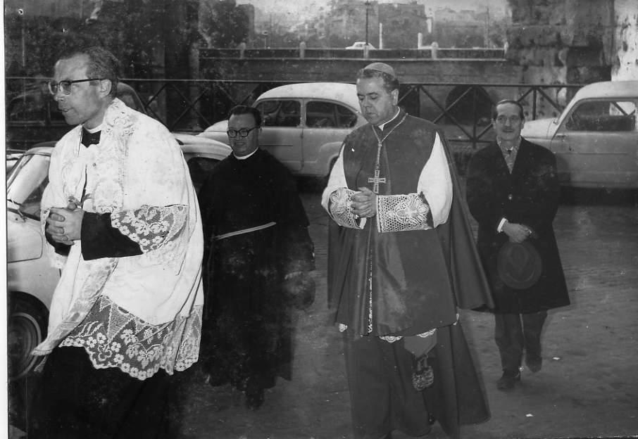 S.E. Fiorenzo Angelini sale le scale della Chiesa dei Ss. Quirico e Giulitta per l'inaugurazione del Museo nel 1967
