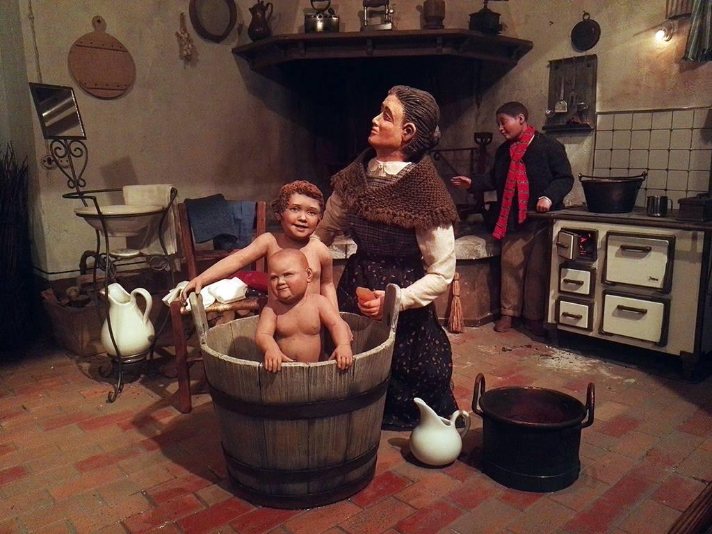 Presepio Bibano - Bambini che vengono lavati nel mastello