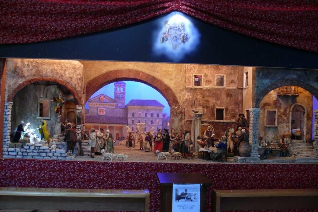 Presepio raffigurante la vecchia piazza di santa maria in trastevere, esposto nella chiesa santi aquila e priscilla a roma.