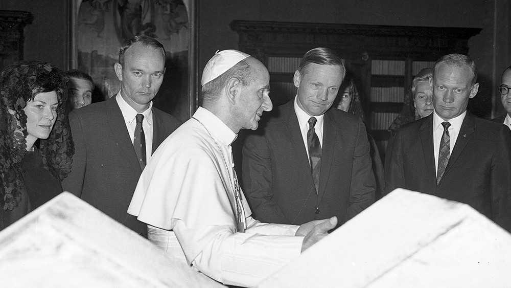Paolo VI con i tre astronauti:  Aldrin, Armstrong e Collins.